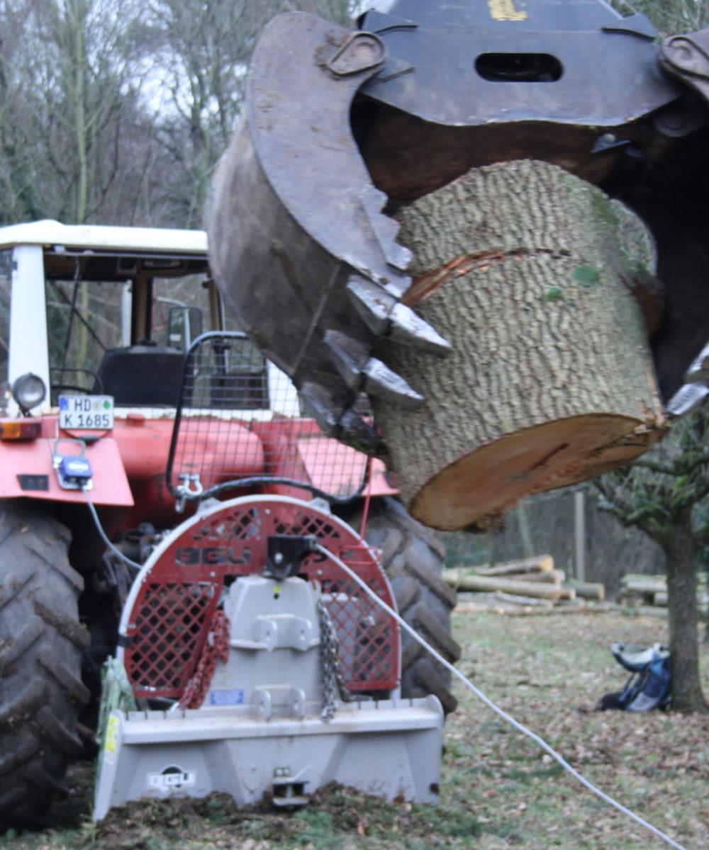 Traktor mit Baumstumpf